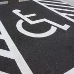 妊婦は車いすマークの駐車場に車を止めてもいいの?